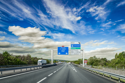 A sign of approaching toll (péage) on a French autoroute