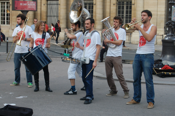 If you don't want to book a show, you will still bump into spontaneous musicians all over Paris