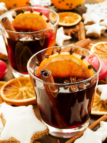 Mulled wine with spices and cinnamon cookies.