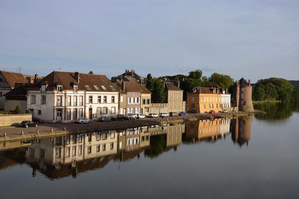 Villeneuve-sur-Yonne ©Pline on our Burgundy driving route